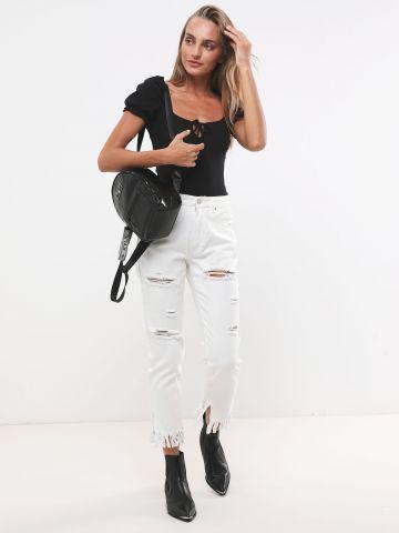 ג'ינס עם קרעים וסיומת פרנזים