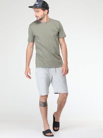 מכנסי טרנינג קצרים עם כפתור ושרוך קשירה במותן
