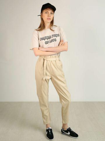 מכנסיים דמוי עור עם חגורת קשירה