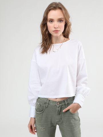 חולצת קרופ עם איקס סרטים בגב