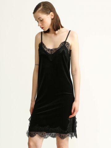 שמלת קטיפה עם תחרה