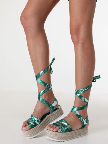 סנדלי פלטפורמה עם רצועות עלים