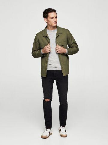 ג'ינס סקיני עם קרע בברך
