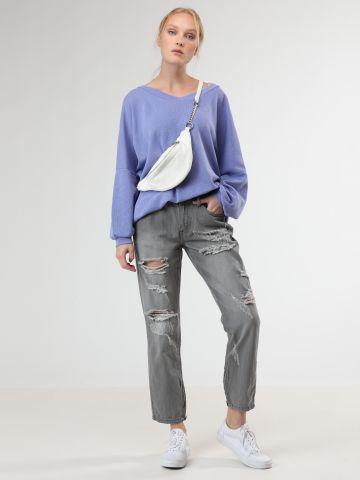 ג'ינס גירלפרינד עם קרעים דקורטיביים