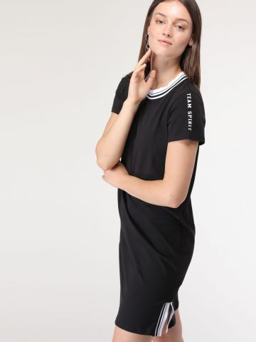 שמלת טי שירט מיני עם שסעים בסיומת מנג'ט פסים