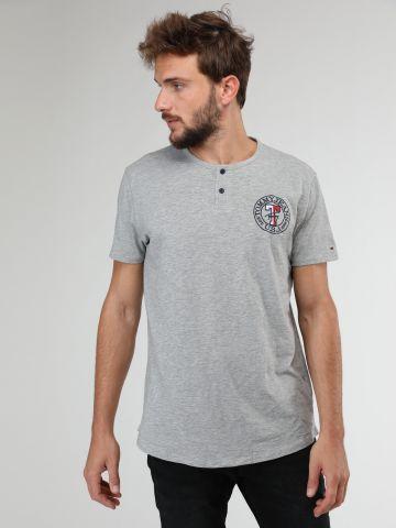 חולצת טי שירט לוגו רקום עם כפתורים בחזית