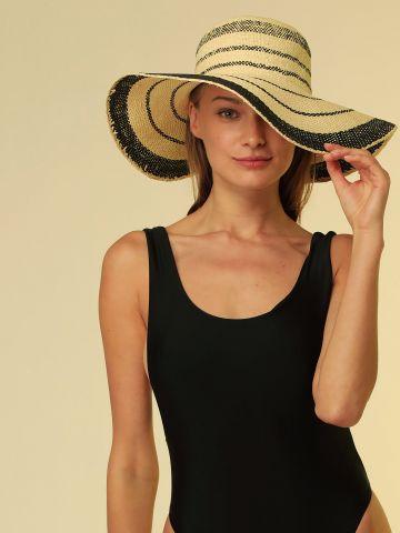 כובע קש רחב שוליים בעיטור פסים