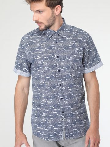 חולצה מכופתרת בהדפס גלים