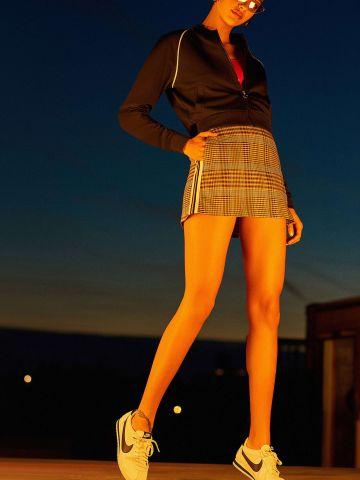 חצאית ספורטיבית משובצת עם עיטורי פסים בצדדים UO