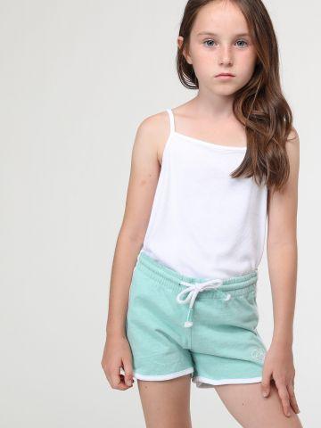 מכנסי טרנינג קצרים עם שוליים בצבע