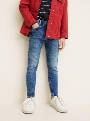 ג'ינס סקיני עם הלבנה ושסעים קטנים בסיומת