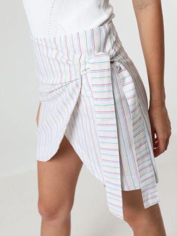 חצאית מיני מעטפת בהדפס פסים עם קשירה