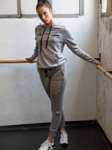 מכנסי טרנינג עם קרעים