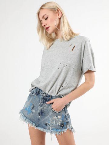חצאית ג'ינס מיני עם כתמי צבע וסיומת פרומה