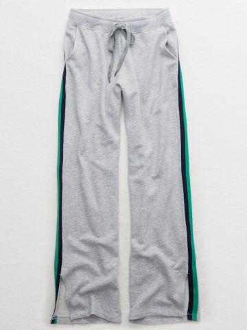 מכנסי טרנינג מתרחבים בעיטור פסים ושסע בצדדים / נשים