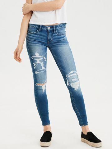 ג'ינס סקיני עם קרעים ושפשופים