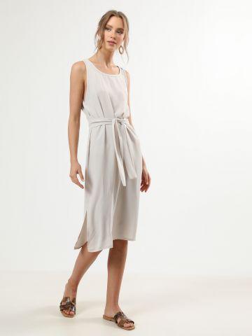 שמלת מידי ללא שרוולים עם חגורת קשירה במותן