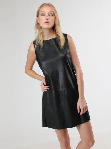 שמלת מיני דמוי עור עם תיפורים בולטים