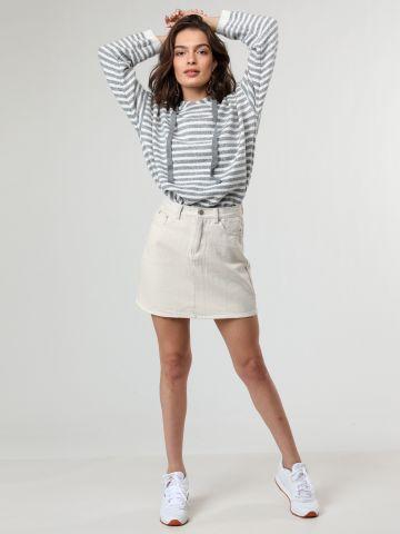 חצאית ג'ינס מיני בגזרה גבוהה