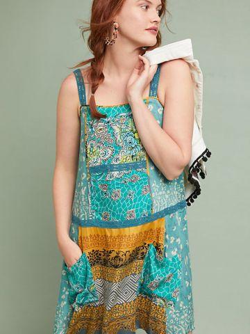 שמלת מיני בהדפסים צבעוניים וכיסים בחזית