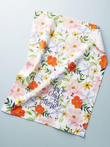מגבת מטבח בהדפס פרחים עם רקמת כיתוב