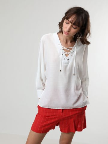 חולצה מבד שקפקף עם שרוכים בחזית