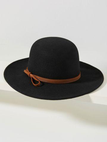 כובע רחב שוליים בשילוב רצועת עור
