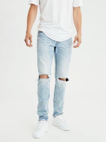ג'ינס סלים בשטיפה בהירה עם קרעים בברכיים Slim