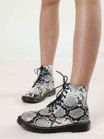 מגפיים בסגנון צבאי בהדפס נחש