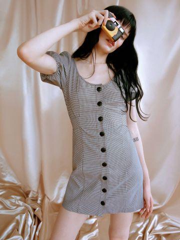 שמלת מיני מכופתרת עם קשירת פפיון UO