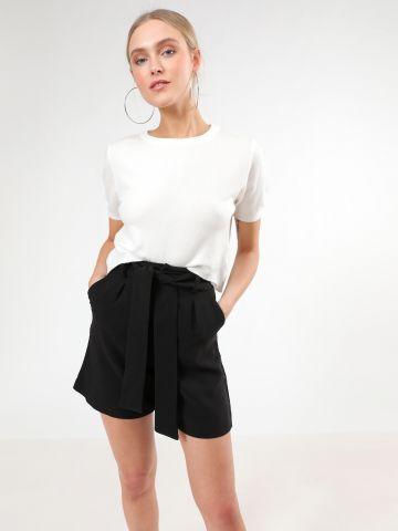 מכנסיים מחויטים קצרים עם חגורת קשירה