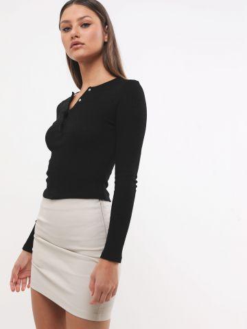 חצאית מיני דמוי עור עם כיווצים