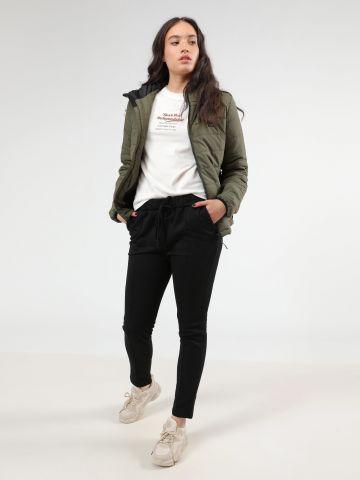 מכנסי טרנינג עם תיפורים בולטים