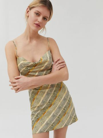 שמלת סאטן מיני עם צווארון נשפך UO של URBAN OUTFITTERS