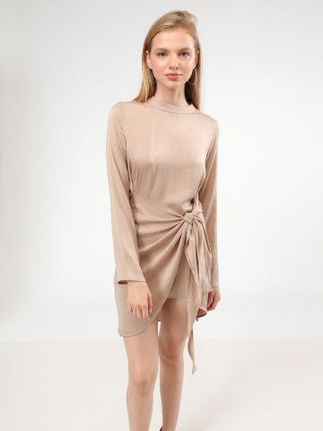 שמלת סאטן מיני אסימטרית עם קשירה
