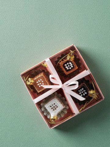 מארז 4 קישוטים לתלייה בצורת שוקולד של ANTHROPOLOGIE