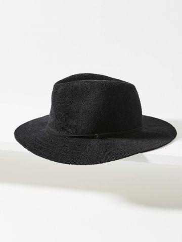 כובע רחב שוליים עם רצועה דקורטיבית