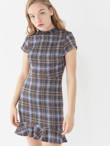 שמלת מיני בהדפס משבצות עם פתח בגב ומלמלה בסיומת UO