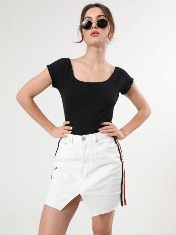 חצאית ג'ינס מיני עם סטריפים ושסע