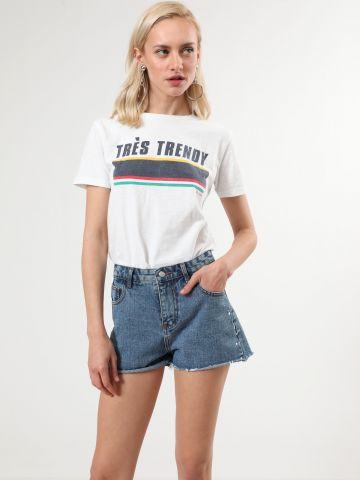ג'ינס קצר עם סיומת גזורה ועיטורי צבע