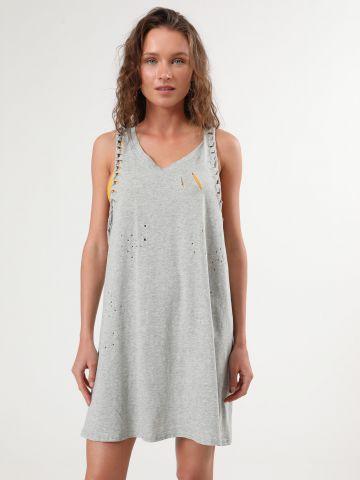 שמלת מיני עם קרעים דקורטיביים