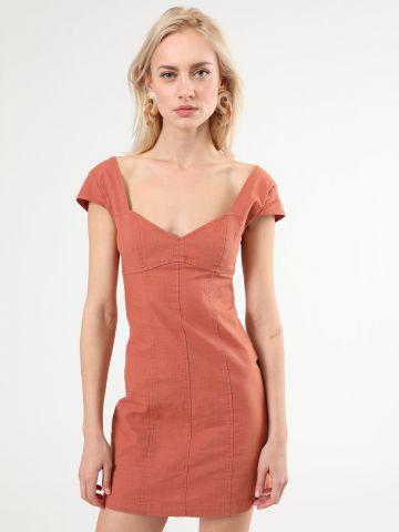 שמלת פשתן מיני עם מפתח וי רחב