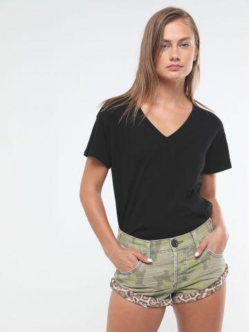 ג'ינס קצר בהדפס קמופלאז' עם סיומת מנומרת