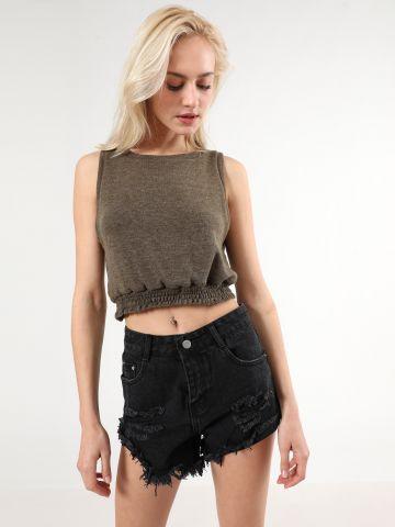 ג'ינס קצר עם סיומת פרומה ועיטורי קרעים