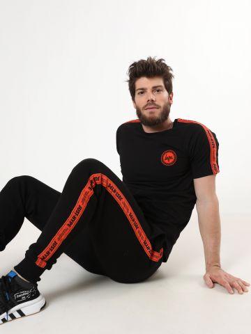 מכנסי טרנינג עם סטריפים לוגו