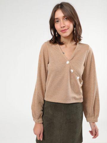 חולצת קרופ וי עם כפתורים אסימטריים