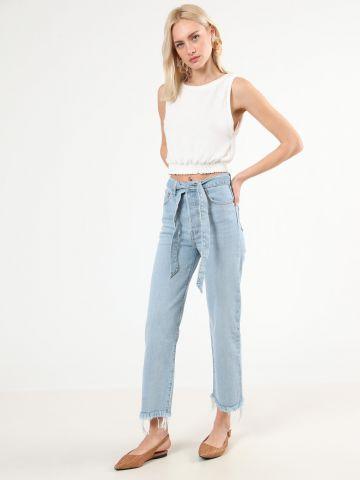 ג'ינס ישר עם חגורת קשירה וסיומת פרנזים