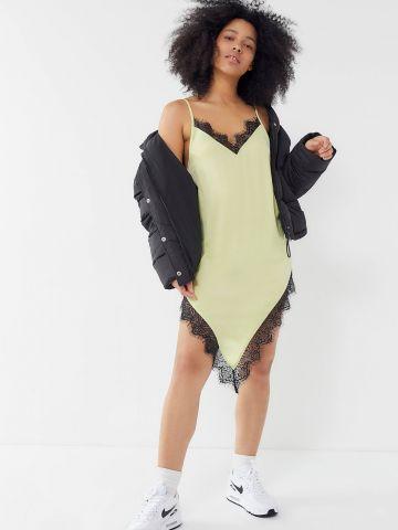 שמלת מיני סאטן אסימטרית בשילוב תחרה Out From Under