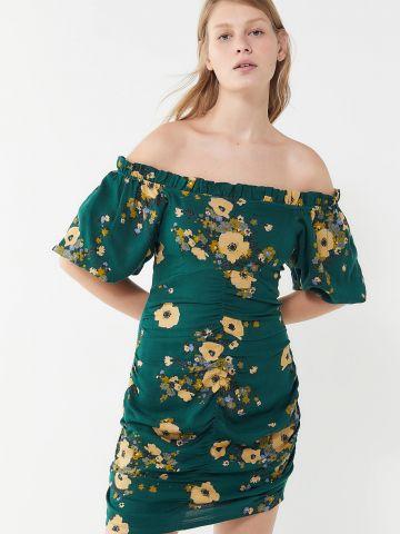 שמלת מיני אוף שולדרס בהדפס פרחים עם כיווצים UO