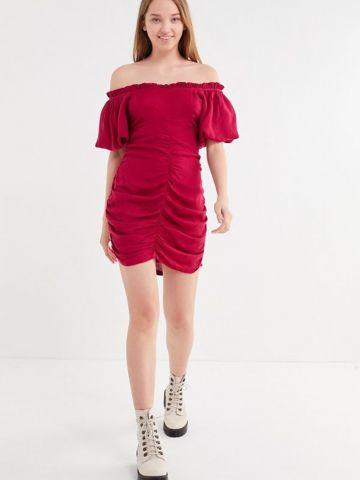 שמלת מיני אוף שולדרס עם כיווצים UO